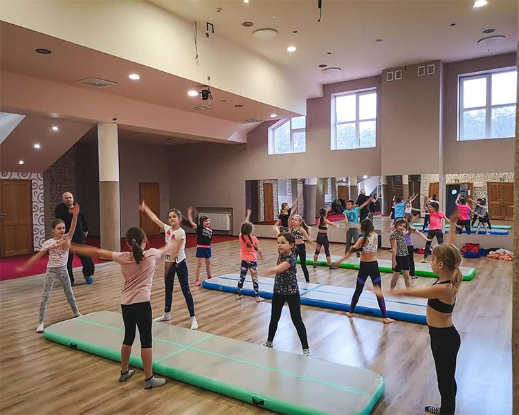 akrobatyka naobozie rekreacyjnym dla dzieci waugustowie
