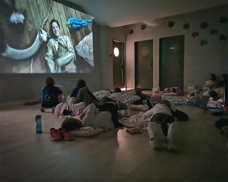 seans filmowy naobozie rekreacyjnym dla dzieci